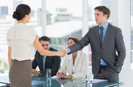 Handshake to seal a deal after a job recruitment meetingの素材 [FYI00000006]