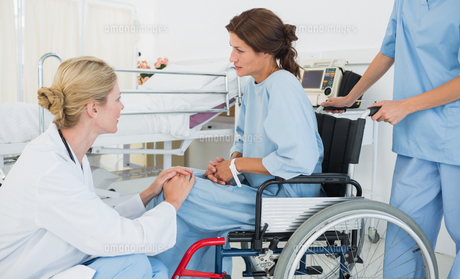Doctor talking to a patient in wheelchair at hospitalの素材 [FYI00000013]