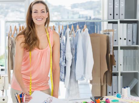 Smiling female fashion designer working in studioの素材 [FYI00000056]