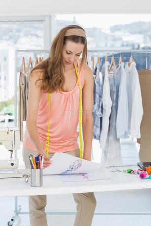 Fashion designer working in studioの素材 [FYI00000057]