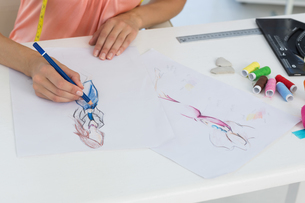 Mid section of a fashion designer working on her designsの素材 [FYI00000065]
