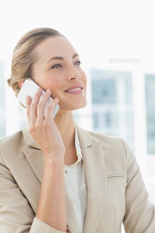 Beautiful businesswoman using mobile phoneの素材 [FYI00000068]