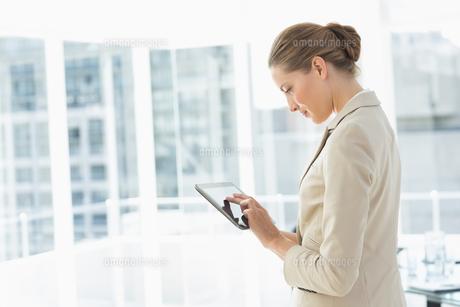 Beautiful businesswoman using digital tablet in officeの素材 [FYI00000071]