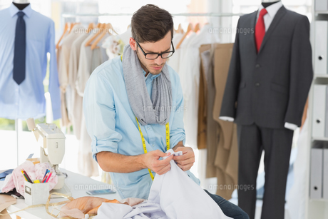 Concentrated male fashion designer at workの素材 [FYI00000084]