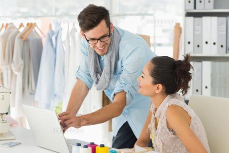 Fashion designers using laptop in studioの素材 [FYI00000086]