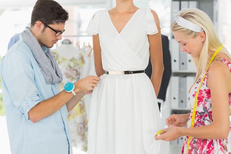 Fashion designers adjusting dress on modelの素材 [FYI00000098]