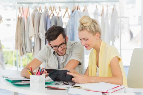 Fashion designers using digital laptopの素材 [FYI00000102]