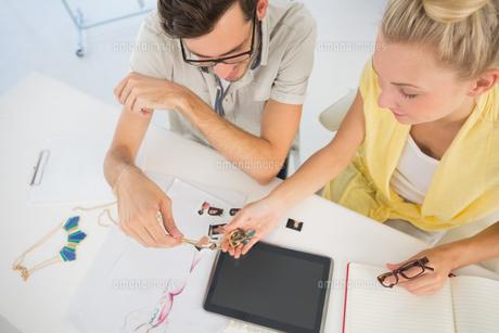 Fashion designers discussing designsの素材 [FYI00000114]