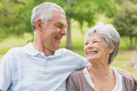 Closeup of a senior couple at parkの素材 [FYI00000141]