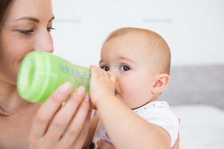 Mother feeding baby with milk bottleの素材 [FYI00000524]