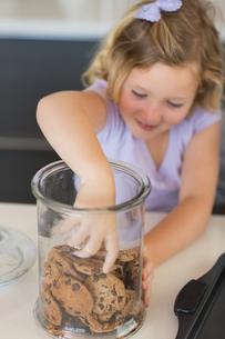 Girl reaching for cookies in jarの素材 [FYI00000768]