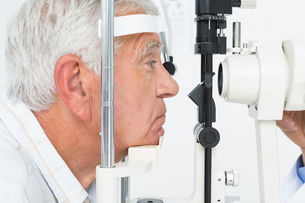 Senior man getting his cornea checkedの素材 [FYI00001758]