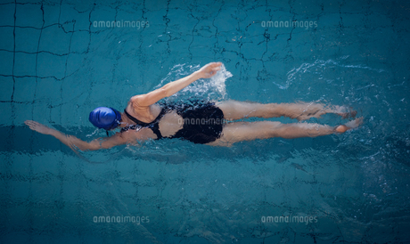 Fit woman swimming in the poolの素材 [FYI00002153]