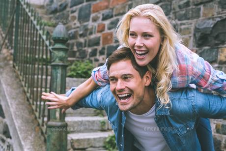 Hip young couple having funの素材 [FYI00002322]