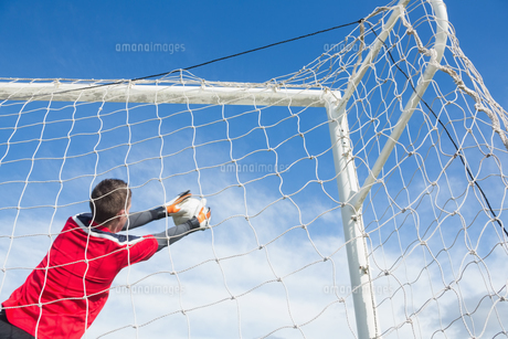 Goalkeeper in red making a saveの素材 [FYI00002447]