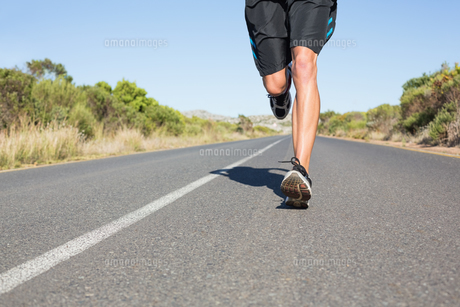 Fit man jogging on the open roadの素材 [FYI00002463]