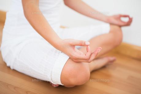 Peaceful woman sitting in lotus poseの素材 [FYI00002670]