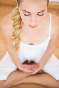 Peaceful blonde sitting in lotus poseの素材 [FYI00002673]