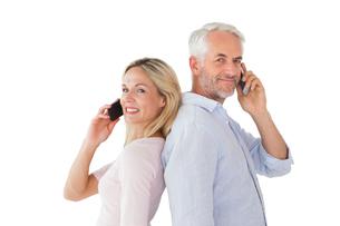 Happy couple talking on their smartphonesの素材 [FYI00002870]
