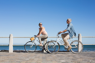 Happy casual couple going for a bike ride on the pierの素材 [FYI00003004]