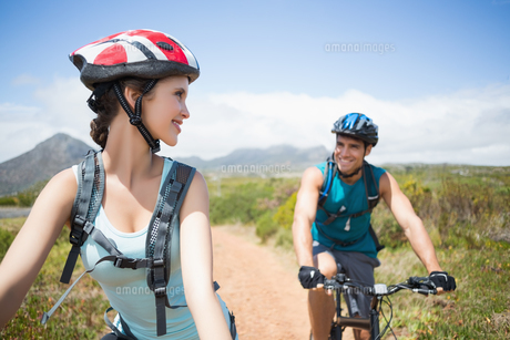 Athletic couple mountain bikingの素材 [FYI00003124]