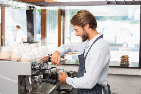 Handsome barista making a cup of coffeeの素材 [FYI00003321]