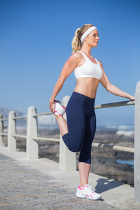 Fit blonde stretching on the pierの素材 [FYI00003351]