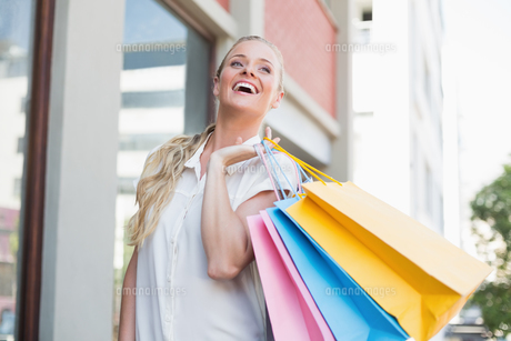 Pretty blonde holding shopping bagsの素材 [FYI00003381]