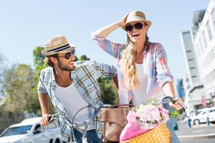 Attractive couple on a bike rideの素材 [FYI00003390]