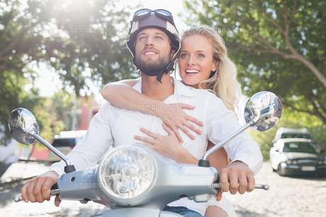 Attractive couple with their scooterの素材 [FYI00003405]