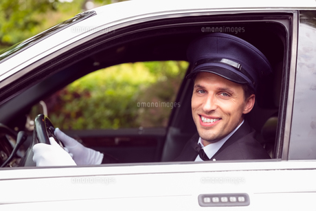 Limousine driver smiling at cameraの素材 [FYI00003506]