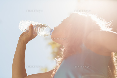 Fit blonde drinking from her water bottleの素材 [FYI00003623]