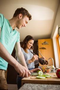 Cute couple preparing food togetherの素材 [FYI00003787]