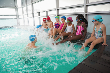 Cute swimming class in pool with coachの素材 [FYI00004380]