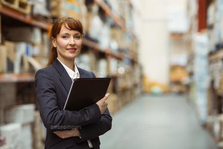 Portrait of pretty manager holding folderの素材 [FYI00004815]