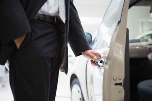 Man opening a car doorの素材 [FYI00005221]