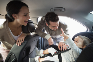 Parents securing baby in the car seatの素材 [FYI00005282]