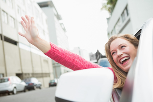 Young woman smiling and wavingの素材 [FYI00005991]