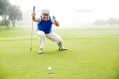 Happy golfer cheering on putting greenの素材 [FYI00006040]