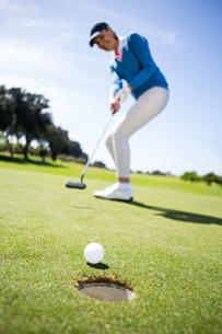 Female golfer putting her ballの素材 [FYI00006052]