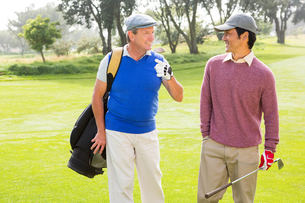 Golfer friends walking and chattingの素材 [FYI00006089]