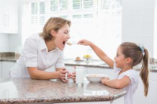 Mother and daughter having breakfastの素材 [FYI00006558]