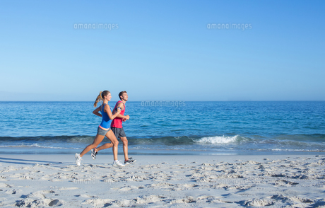 Happy couple running together beside the waterの素材 [FYI00006818]