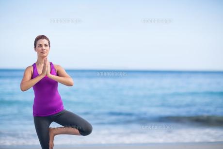 Brunette doing yoga on exercise matの素材 [FYI00006867]