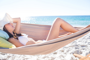 Brunette relaxing in the hammockの素材 [FYI00007014]