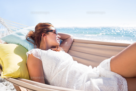 Brunette relaxing in the hammock with sunglassesの素材 [FYI00007019]