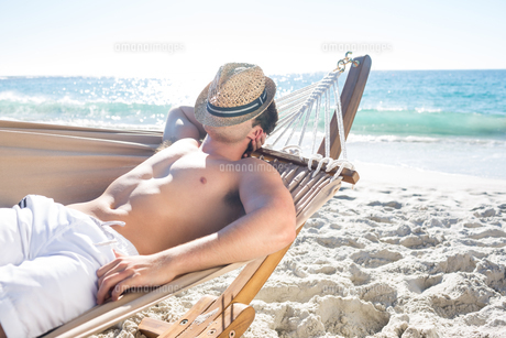 Handsome man resting in the hammockの素材 [FYI00007022]