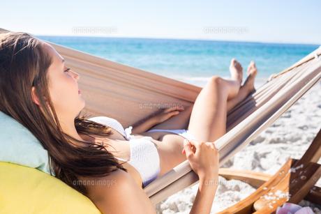 Brunette relaxing in the hammockの素材 [FYI00007027]