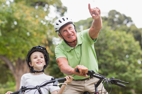 Happy grandfather with his granddaughter on their bikeの素材 [FYI00007359]