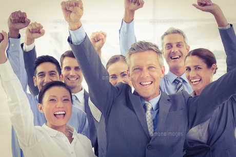 Business people cheering in officeの素材 [FYI00007646]